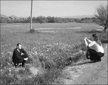 Туристы фотографируются среди редких цветов в Долине нарциссов около села Киреши на Закарпатье