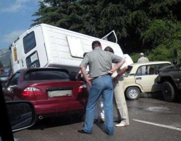 В Ялте рейсовый микроавтобус упал на две легковушки