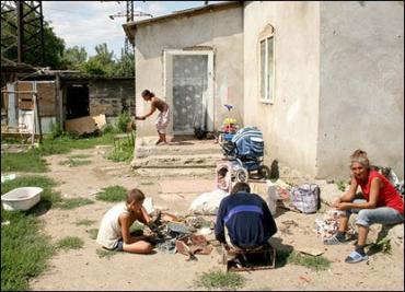 """Микрорайон Ужгорода """"Радванка"""" - ромская семья в таборе"""