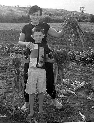 Закарпатка Мар'яна Мурашко із сином 9-річним Артемом.