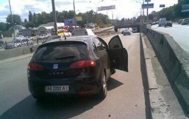 ДТП в Киеве: иномарка совершала маневры и сбила байкера