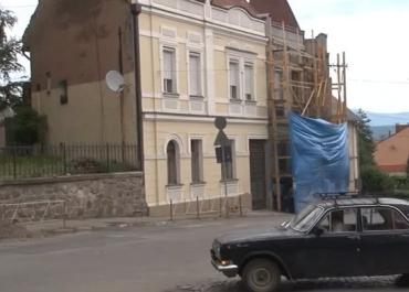 Будівельники захоплюють тротуари ужгородців.