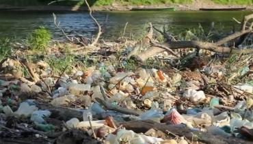 Із зібраних на берегах Тиси пляшок угорці роблять плоти.