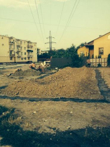 В Ужгороді влаштували будівництво під високовольтною лінією.