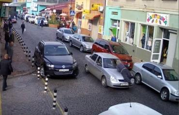 Звичайні будні в Мукачеві: людей катають автівкою на капоті