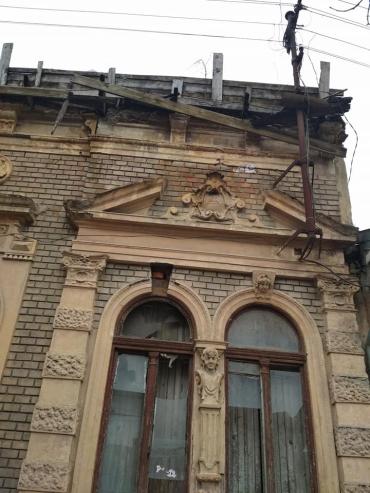 В Ужгороді аварійний будинок може вбити перехожих!