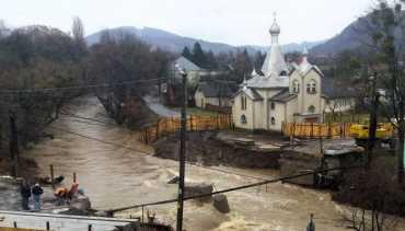 Бетонний міст через річку Свалявку демонтували будівельники, а не зніс паводок