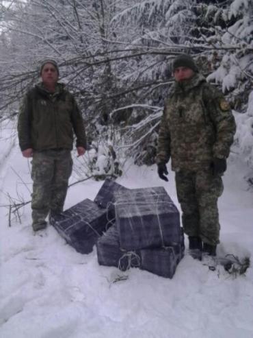 Закарпаття. Двоє осіб із пакунками несли цигарки до Румунії