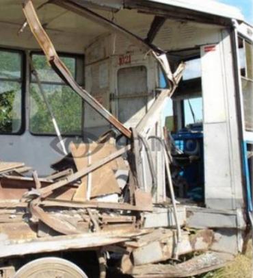 ДТП в Днепродзержинске: грузовик разорвал трамвай