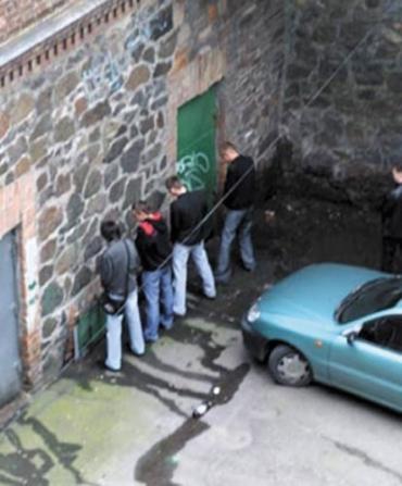 Ужгородцы, по древнему обычаю, ходят за угол возле многоэтажек