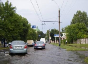 Привокзальная площадь во Львове - по колено воды