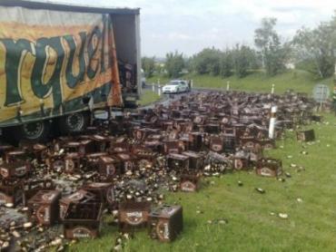 В Чехии из камиона посыпалось пиво