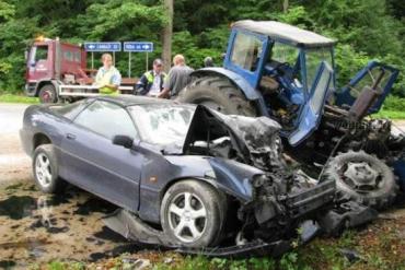 Жуткое столкновение Chevrolet Camaro и трактора