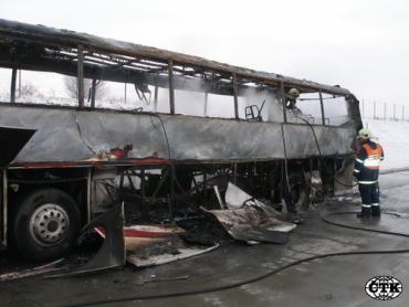 Автобус с чешскими туристами полностью сгорел на магистрали в Сербии