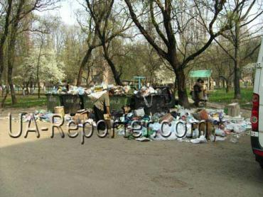 Мусор в Ужгороде возле детских площадок