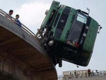 В Пекине фура зацепилась за мост