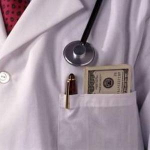 Пацієнти платять, а лікарі беруть