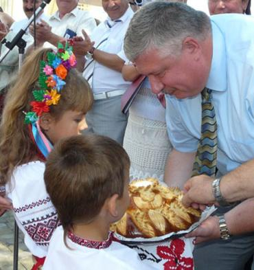 Хлеб-соль главе Закарпатской ОГА Олегу Гаваши