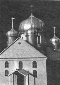 К Иоанно-Предтеченскому мужскому монастырю в непогоду путь был размыт и в лужах