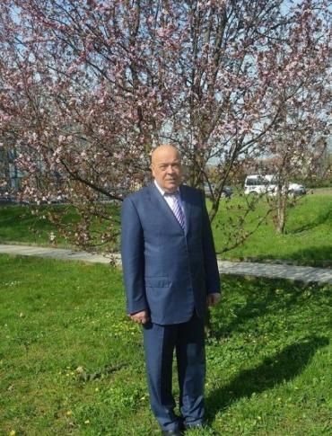 Фото с японской вишней Геннадий Геннадиевич опубликовал на странице в Фейсбук