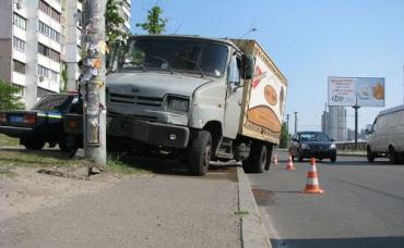 ДТП в Киеве: грузовик без тормозов остановил столб на тротуаре