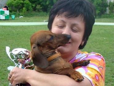 Карликовая гладкошерстная такса Голдадер и ее владелица Кристина Тар, г.Ужгород