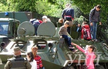 К Дню защитника Украины в Ужгороде развернут военную выставку