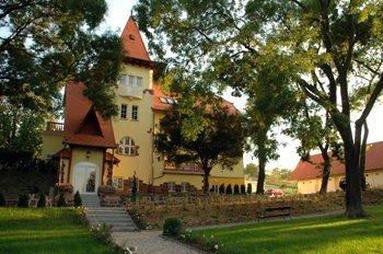 Замок Fried расположен в 120 км от Будапешта и в 40 км от озера Балатон