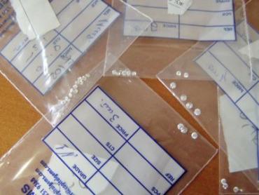 """Драгоценные камешки """"прятались"""" в тринадцати прозрачных полиэтиленовых пакетах"""