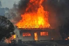 горів увесь дах і будинок наповнився димом