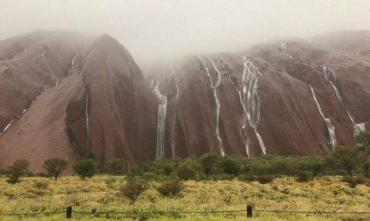 В Австралии скала Улуру превратилась в водопад