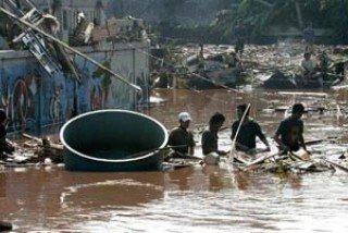 В результате прорыва дамбы в Джакарте погибли 32 человека