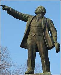Памятник Ленину, подобный этому, взорвали в Луганской области