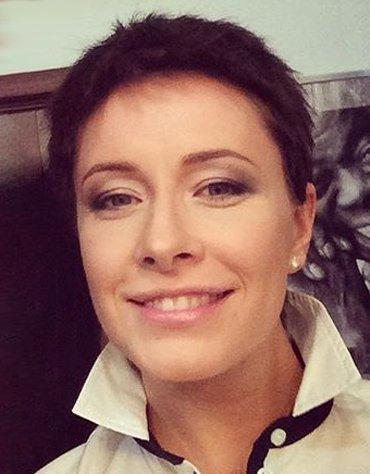 Елена Кравец стала короткостриженной брюнеткой