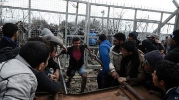 Мигранты прорвали заграждение на границе Греции и Македонии