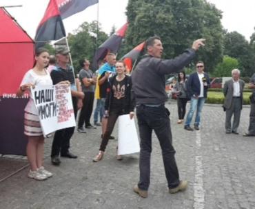 На площі Народній почалися суперечки між активістами ГР УМВС і ПС