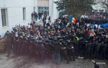 Протестующие в Кишиневе прорвались в парламент