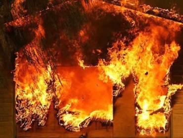 Вогнеборці врятували від вогню дерев'яний будинок