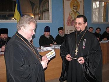 Зліва — ректор УУБА професор, протоієрей Віктор Бедь