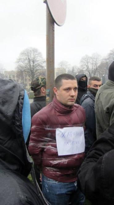 Сергея Харченко привязали к столбу возле Закарпатской ОГА