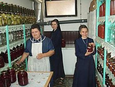 У коморі монастиря повні полиці з банками закладених овочів та фруктів