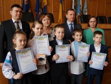 Дипломы и подарки сегодня вручали ученикам 4-х классов в Ужгородском горсовете