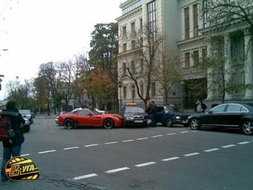 На Банковой Ferrari столкнул три автомобиля.