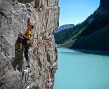Скалолаз покорял 30-метровую скалу около Яремча