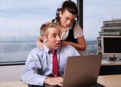 Женщины вдвое чаще рассматривают своих коллег в качестве сексуальных партнеров
