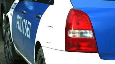 Volkswagen врезался в полицейский автомобиль и вылетел с дороги