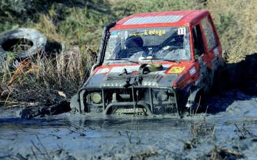 Правоохранител заметили, что в болоте застряли два автомобиля: «Nissan» и «Audi»