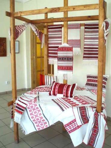 В Ужгороде проходит выставка вышивальщиц, ткачих и резчиков по дереву