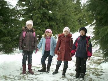 Юні мешканці села Лохово (Закарпаття) йдуть додому після занять у школі
