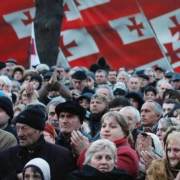 Перед парламентом Грузии 150 тысяч человек